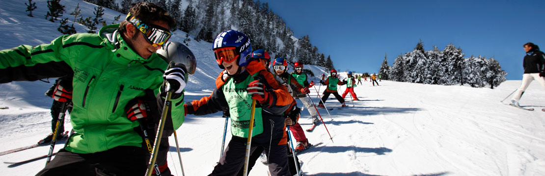 Ski instructor with group of children in Pal, Vallnord